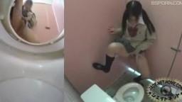 日本疯狂学生妹各种姿势尿尿