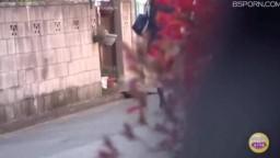 日本跟踪偷拍学生妹停车场尿尿