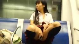 騷女穿著校服在捷運自慰