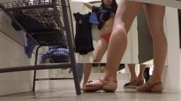 更衣室偷窺超正的美女