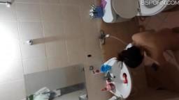 窗户偷窥发廊的洗头妹洗澡奶子还挺大的下面毛毛