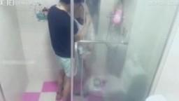 最近火爆的极品网红美乳女神鹿少女在家准备洗澡时被来串门的邻居侵犯