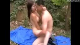 兄弟两人找个小姐到野外山上野战都脱光激情啪啪啪