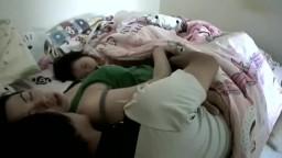 攝像頭偷拍,剛等孩子睡着夫妻兩就在旁邊做愛